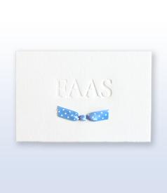 Faas oud hollands wit geboortekaartje met hemelsblauw gestippeld satijnen vlinderstrikje voorvertoon