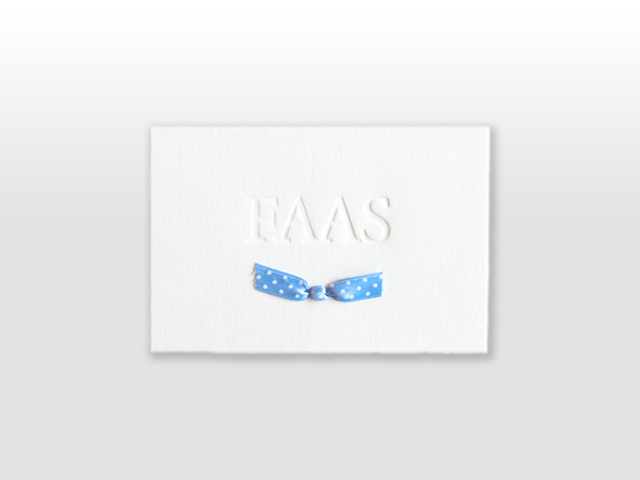 Faas oud hollands wit geboortekaartje met hemelsblauw gestippeld satijnen vlinderstrikje